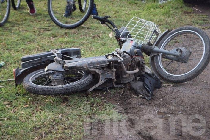 Se le enredó la campera en la moto y cayó