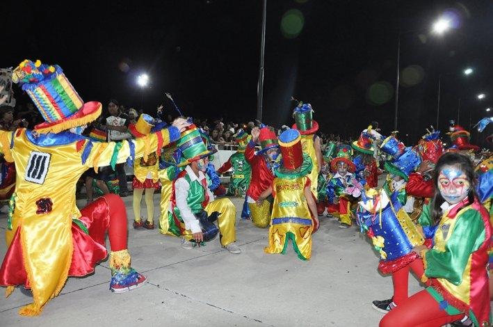 Murgas y comparsas llenaron de color la cuarta noche de corsos