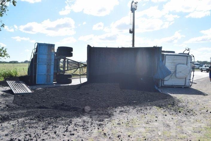 Volcó un camión en acceso a la fábrica Loma Negra