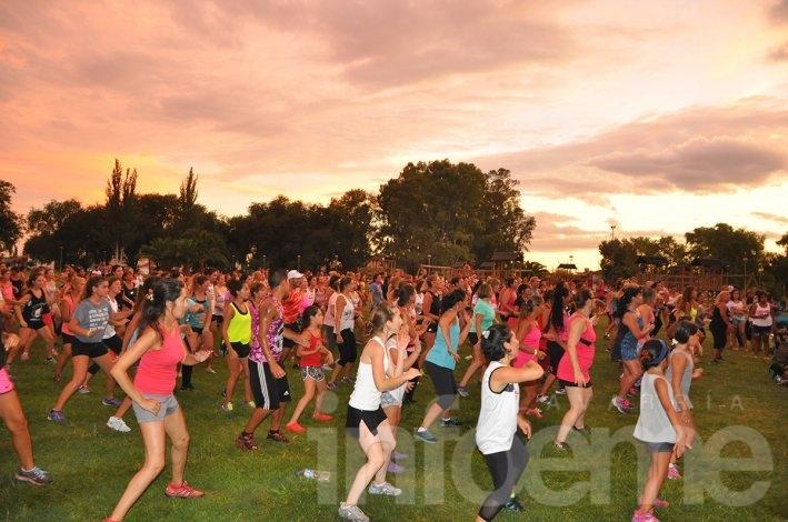 El Parque Eseverri vibró al ritmo del Zumbatón con un cielo increíble