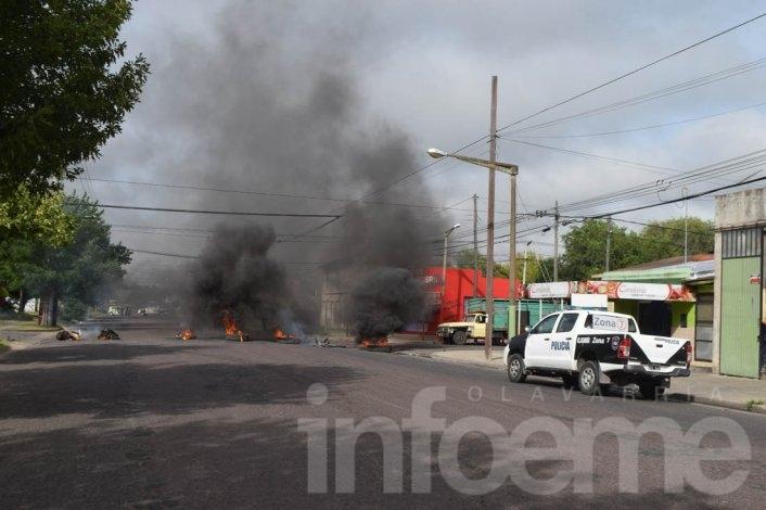 Vecinos de barrio Ituzaingó pidieron seguridad con corte de calle y quema de cubiertas