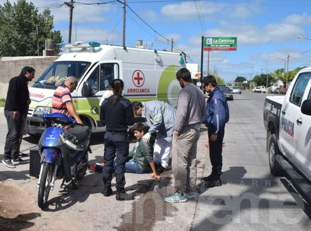 Motomandado herido al chocar con un auto