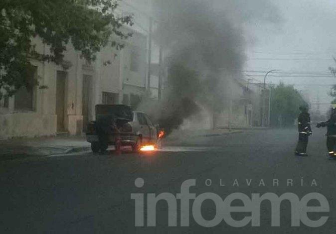 Incendio de automóvil a metros del cuartel de Bomberos