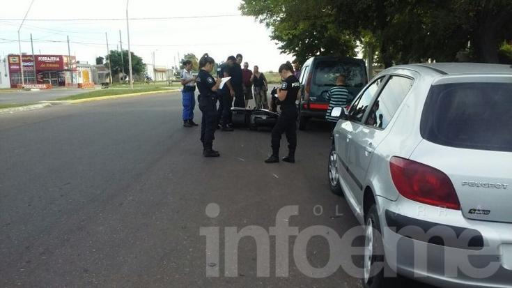 Motociclista sufrió heridas tras chocarse un auto