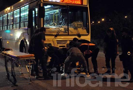Moto y colectivo colisionaron en la entrada del campus