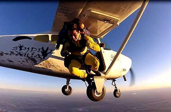 Salto en paracaídas en el aeropuerto