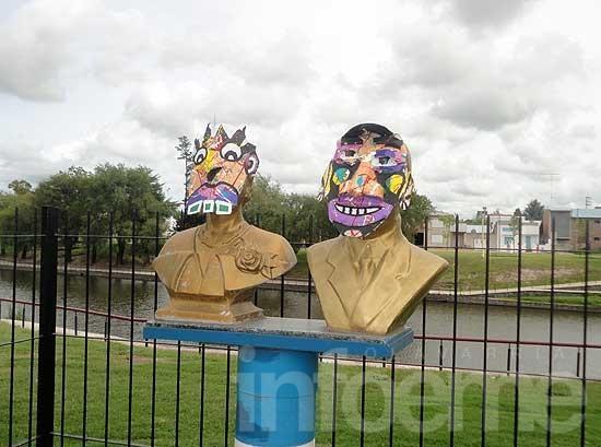 Enmascarados: los monumentos locales, eje de la parodia de carnaval
