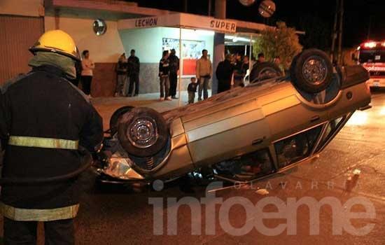 Conductor volcó su auto en una rotonda