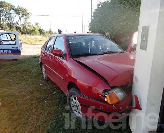 Lo apuñalaron y se estrelló con su auto contra un paredón
