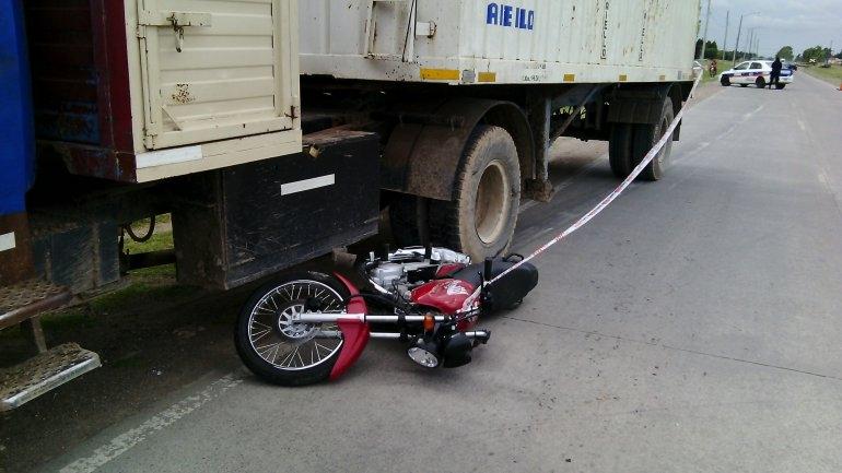 Un motociclista cayó debajo de un camión y se salvó de milagro
