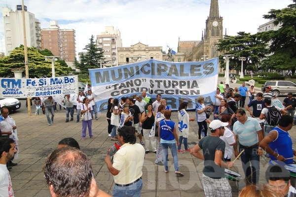 Protesta y principio de acuerdo entre Inza y municipales
