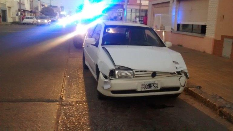Violento choque sin heridos: un auto terminó contra una casa