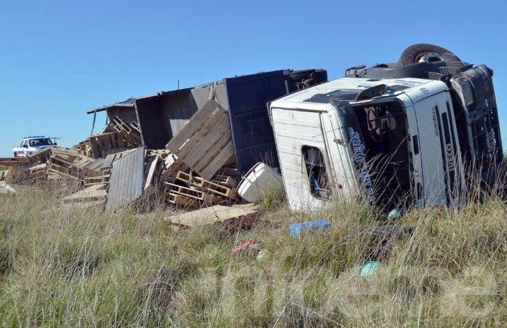 Camionero de Sierras Bayas protagonizó vuelco en Azul