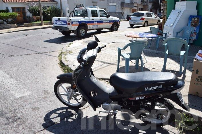 Motociclista sufrió una caída tras tocarse con auto