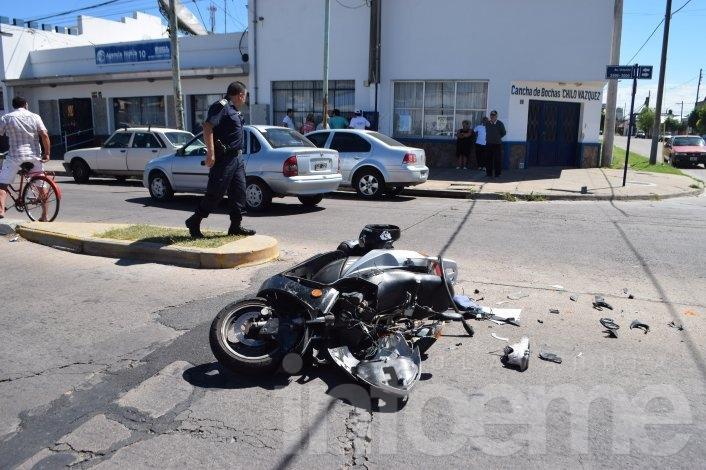 """Dobló en """"U"""" y la chocó una moto"""
