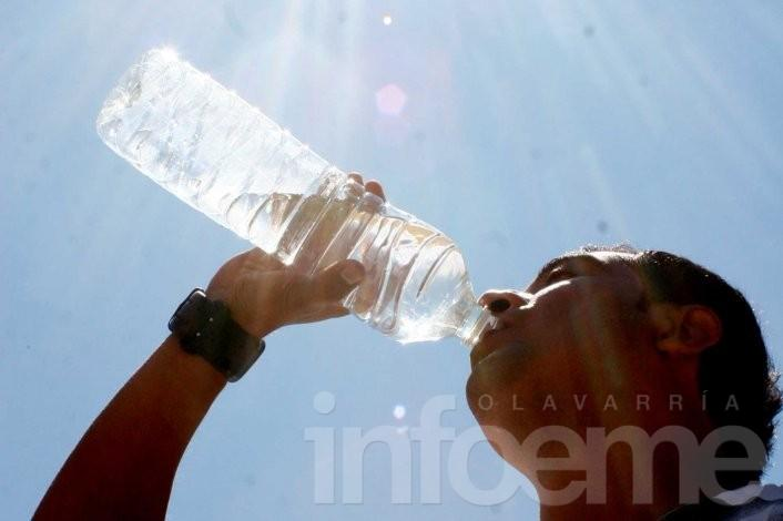 Recomiendan tomar agua aún sin sed para evitar golpes de calor