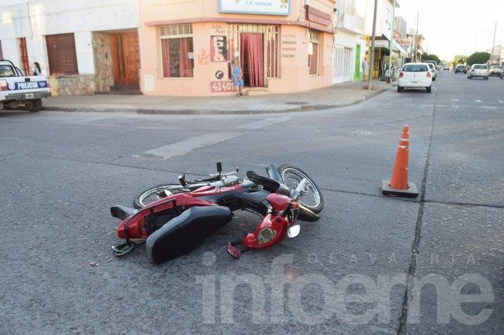 Motociclista herida al chocar con un auto