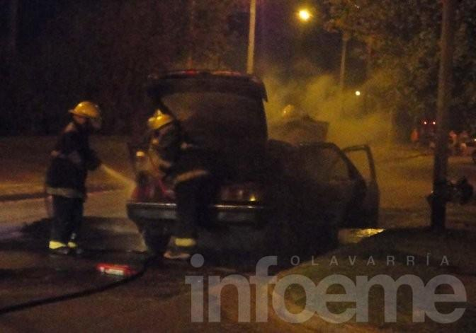 Importantes pérdidas en un automóvil al incendiarse