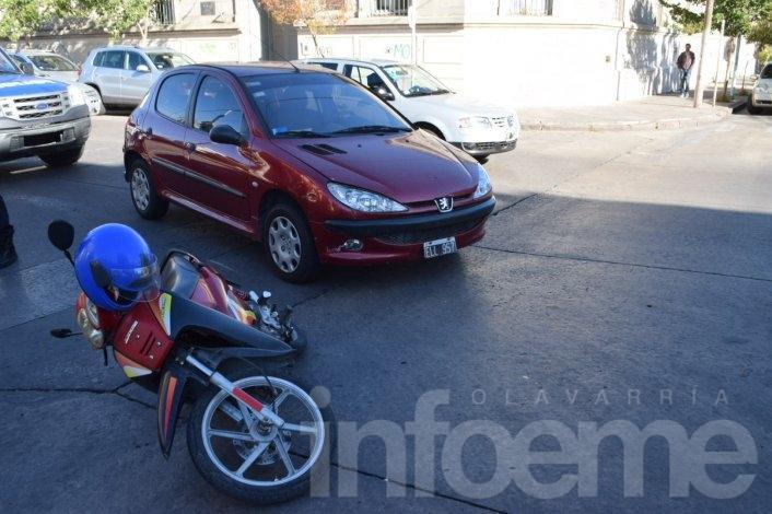 Choque en el microcentro: una motociclista herida