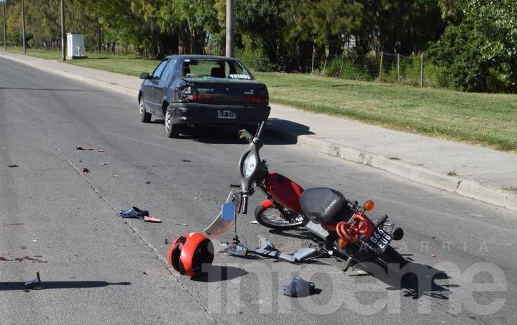 Una mujer sufrió heridas graves al colisionar en una moto