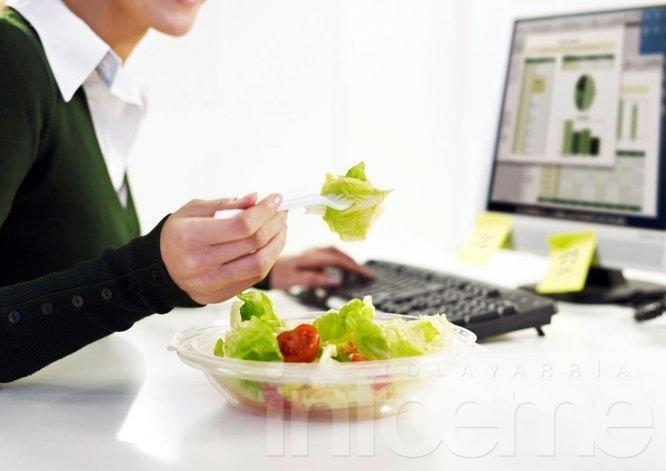 ¿Almorzás en el trabajo? Cuidado, puede traerte problemas de salud