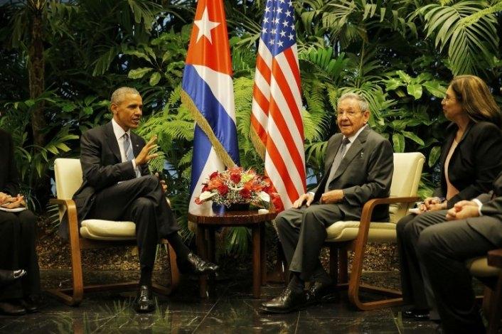 Emocionante encuentro entre Obama y Raúl Castro