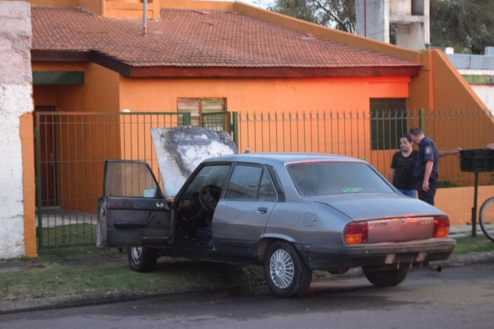 Un auto se prendió fuego en barrio Independencia