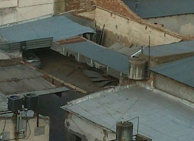 Un paredón cayó sobre el techo de cochera céntrica: dañó a dos autos
