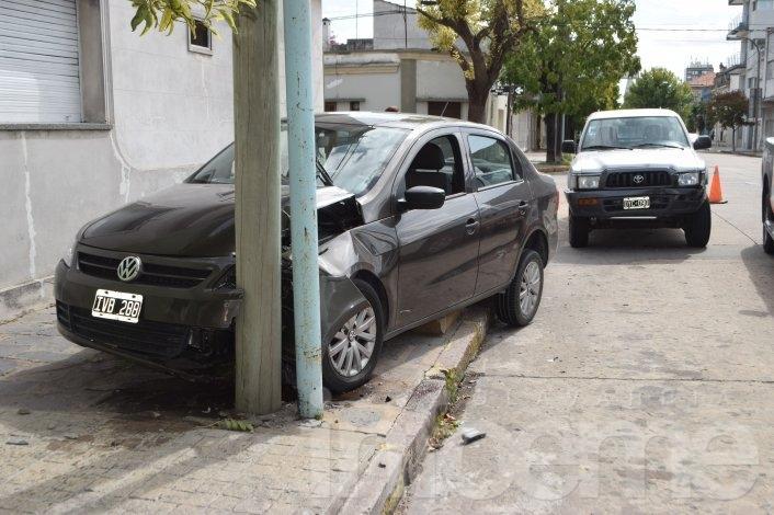 Por un violento choque un auto terminó contra una columna