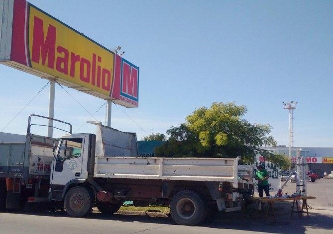 Protesta de camioneros en las puertas de un autoservicio mayorista