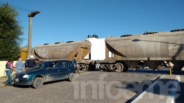 Un auto chocó con el tren, no hubo heridos