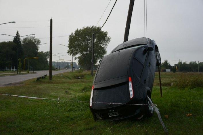 Insólito: se despistó y su auto quedó colgado de los cables
