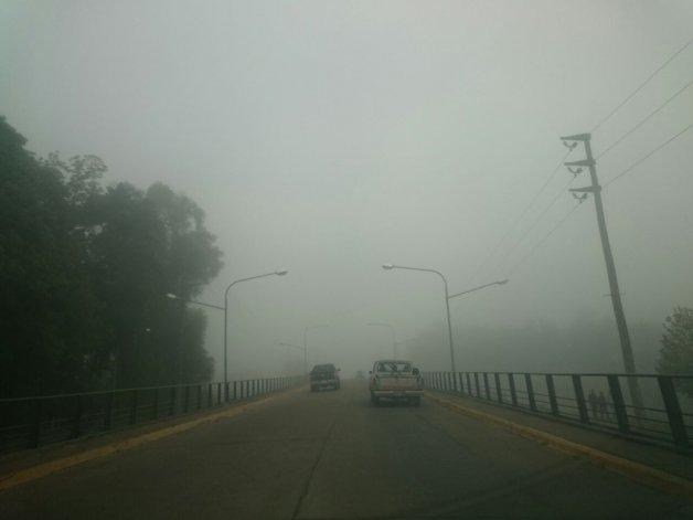 La niebla sorprendió a la Ciudad y complica la visibilidad