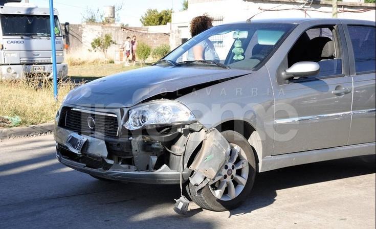 Choque entre una moto y un auto terminó con dos personas heridas