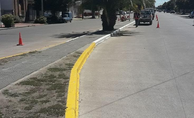 Pintaron los separadores de avenida Colón