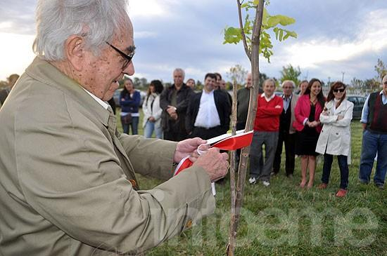 El radicalismo plantó árboles en homenaje a Raúl Alfonsín