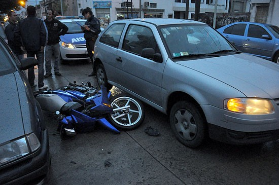 Motociclista herido al chocar un auto por alcance