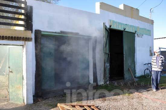Incendio afectó a un galpón de una casa de materiales