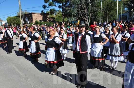 Colonia Hinojo se viste de tradición con la Kreppelfest