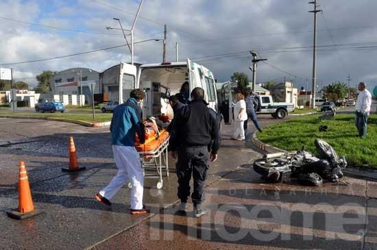 Un herido leve tras choque de moto con un auto