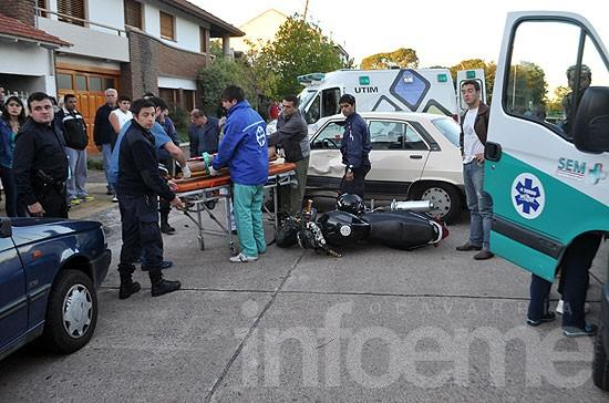 Dos heridos en violento choque entre una moto y un auto