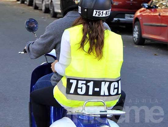 Acompañantes de moto llevarán casco y chaleco con patente