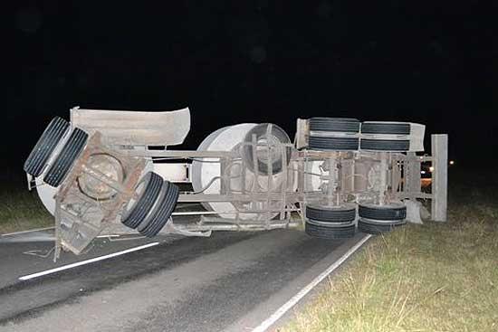 Camionero olavarriense resultó ileso tras volcar en Rawson