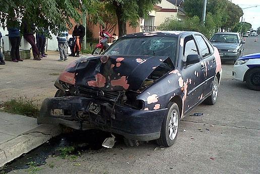 Auto chocó a otro vehículo estacionado: un nene herido