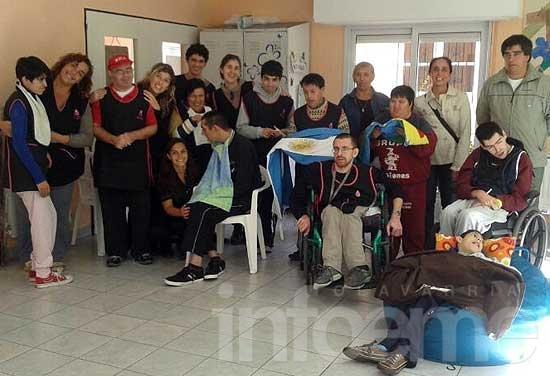 """Ex combatientes donaron banderas al """"Grupo Ilusiones"""""""