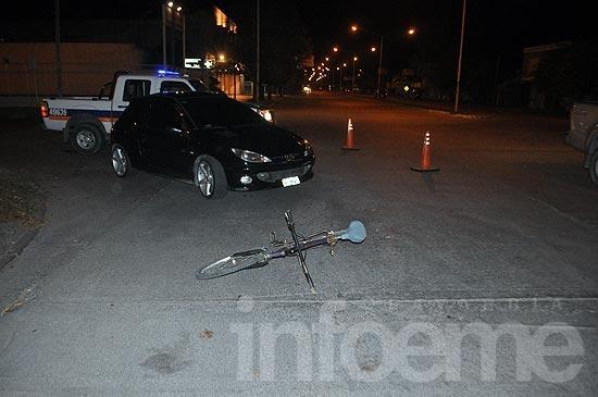 Un ciclista con heridas leves tras chocar con un auto