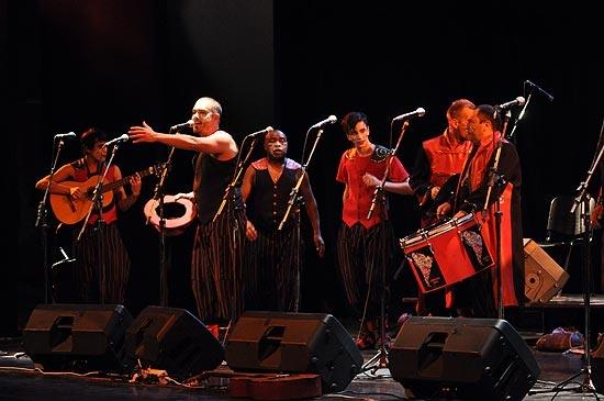 Noche de murga en el Teatro y rock en Complejo Paris