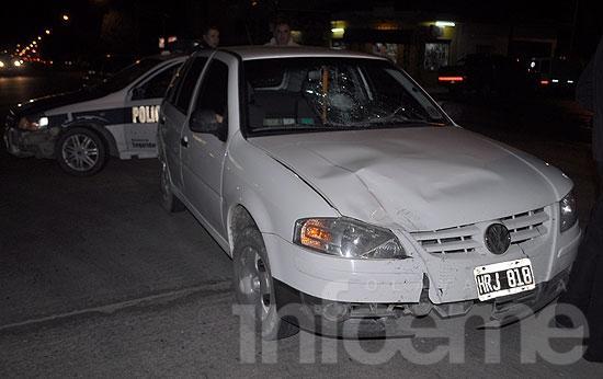 Una motociclista golpeada al ser embestida por un automóvil