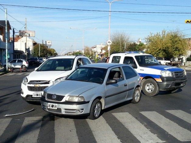 Chocan dos autos en un cruce con semáforo