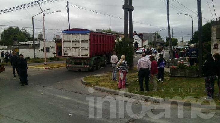 Camión atropelló a una mujer y un niño: un muerto